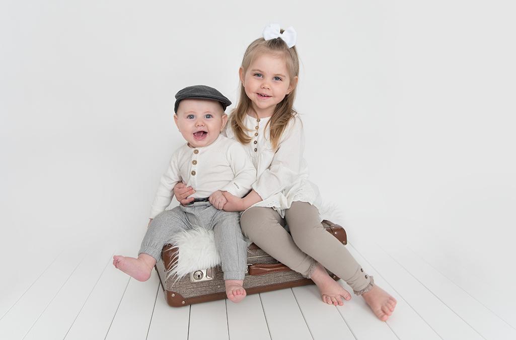 syskon studio fotografering grå familj