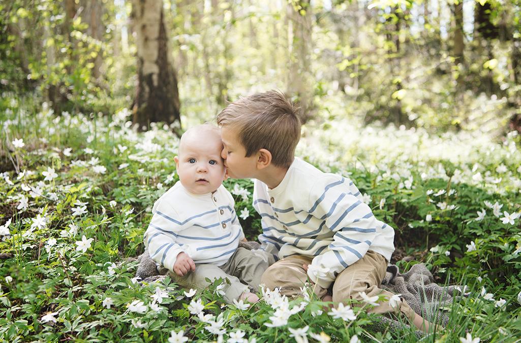 syskon familj barnfotografering skogen sommar