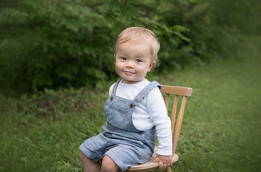 barn stol skogen sommar fotografering