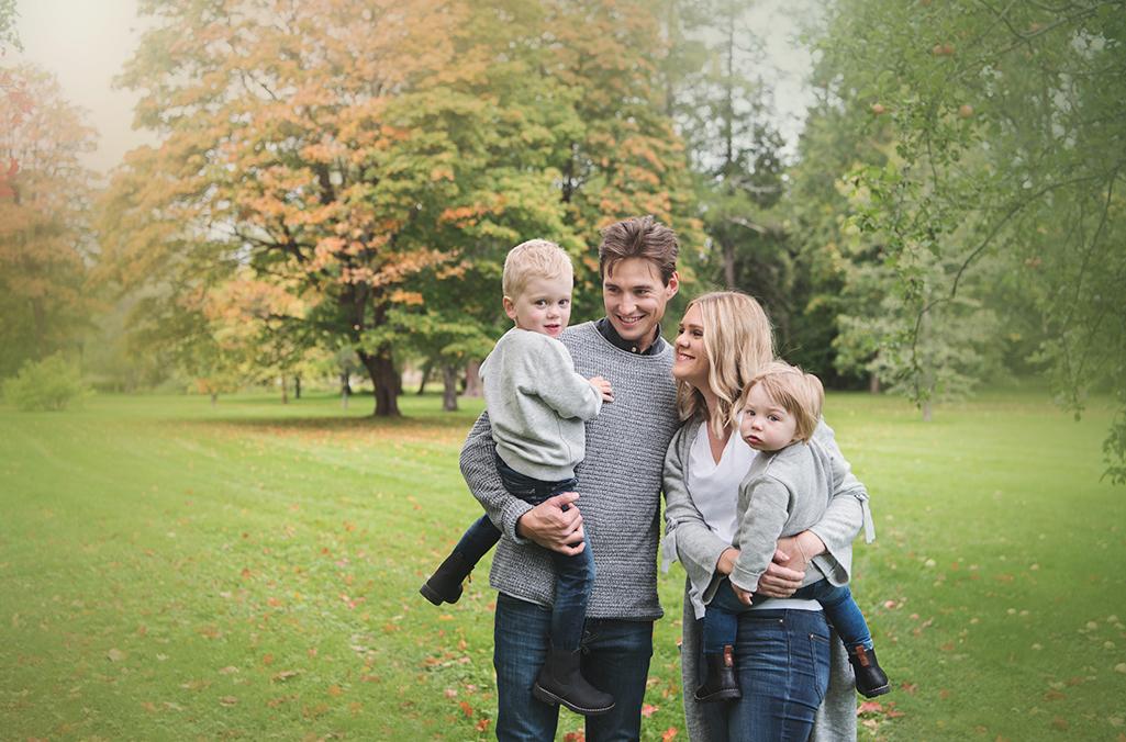familj fotografering barn syskon sommar utomhus