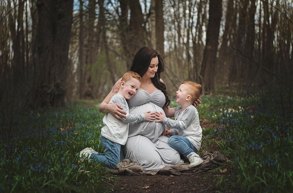 gravid familj fotografering syskon sommar skog