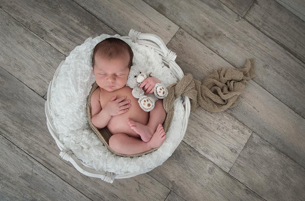 nyfödd fotografering trägolv bebis