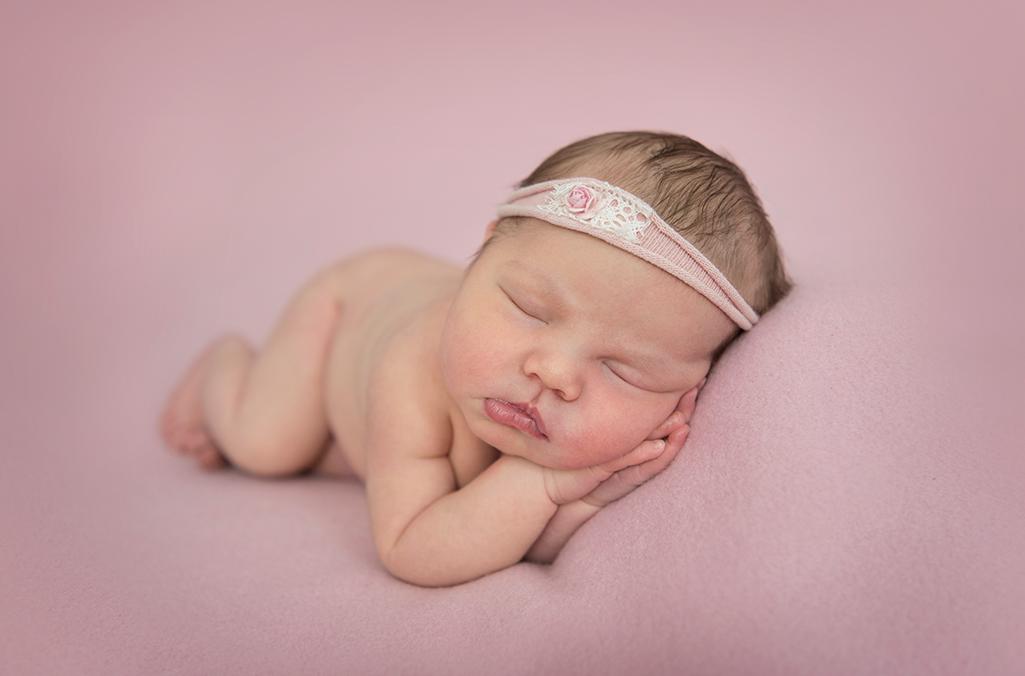 nyfödd bebis rosa fotografering